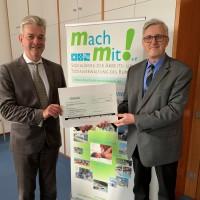 Überreichung Scheck durch Ministerialdirektor Dr. Wolfgang Wonneberger